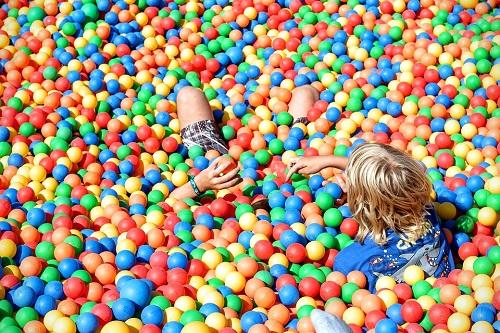 Zabawa w suchym basenie dla dzieci w każdym wieku
