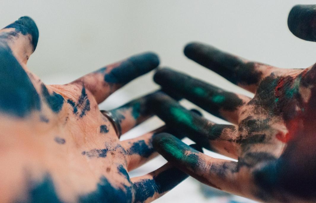 ręce w farbie